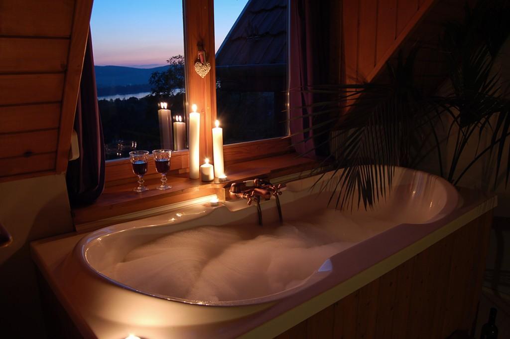 esti fények, romantikus születésnap, panorámás fürdőkád, gyertya, vörösbor